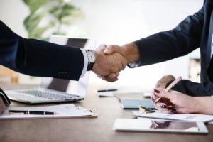 Spółka jawna – na czym polega, jakie są uprawnienia wspólników, jak dzielą się zyskiem?